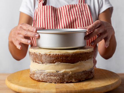 Marking a tiered cake with a cake pan